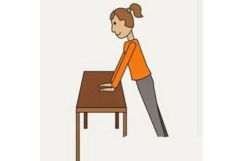 鍛煉上半身—桌子伏地挺身,保持身體打直,如同做伏地挺身一樣,緩緩彎曲、伸直手臂。(圖片提供/39建康網)