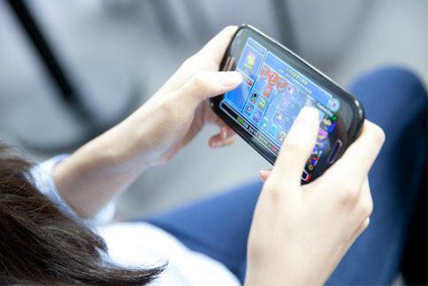 不論何時何地手機都不離身?當心!長時間維持低頭姿勢,或是手滑不停,恐導致肩頸、脊椎、腕部關節發炎,出現痠痛、麻木等不適症狀,影響日常生活。