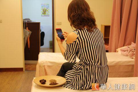 在中醫門診中,常發現有許多民眾對手機過度依賴,導致失眠求診病例。(攝影/張世傑)