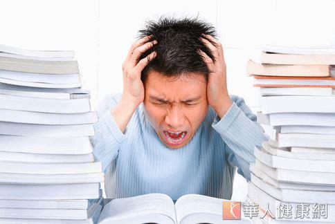 一心多用會為身體徒增壓力,而許多研究都顯示,壓力會讓身體產生自由基,,會破壞細胞,加速老化。