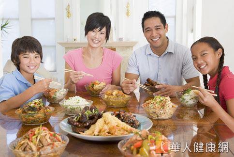 兒盟調查發現,95.4%家長認為和孩子一起吃晚餐是最幸福的事,但實際僅有1成7的家長會天天親自下廚。