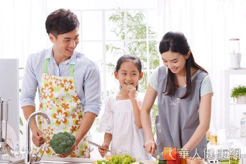 兒盟提倡「一週三天親子餐,三菜一湯營養來,三十分鐘就開飯,頭好壯壯好心安!」的幸福晚餐活動。