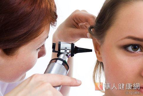 耳膜受損,容易引起聽力障礙、耳漏和頭暈等症狀。