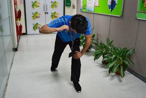 壓腿抬手式,做一弓箭步,左手輕壓在左膝上,右手手臂擺出ㄑ字型擺於耳朵旁,利用手臂肌肉上下擺動。(攝影/洪毓琪)