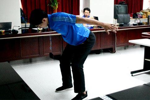 手臂A字伸展,手臂舉起向後伸展如A字型,利用肩胛骨力量將手臂往上抬。(攝影/洪毓琪)