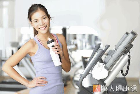美國大學研究發現,在做30分鐘高強度運動前,若喝下2-3杯咖啡,或攝取等量的咖啡因,運動後的肌肉痠痛症狀會減少。