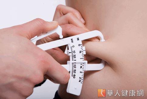 先前也有研究顯示,腹部肥胖對腦部機能有負面影響,可能是因為腹部脂肪在代謝上較為活躍,會釋放出較多會提升心血管疾病機率的酸。