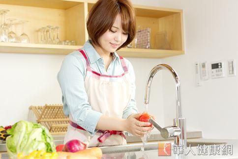 坊間流傳,牙膏清潔效果強,用來清洗水果表皮,能有效去除髒污,將殘留在果皮的農藥洗淨。
