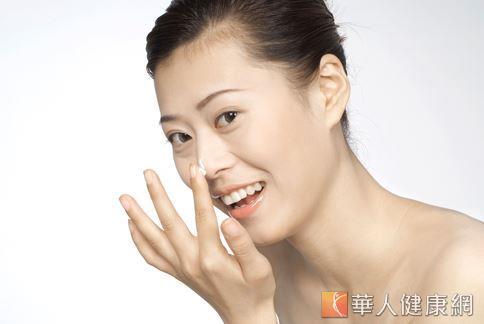 ,牙膏雖有一定的清潔效果,但對於阻塞於皮膚毛孔的油脂、髒汙,並沒有吸附、拔除的作用。