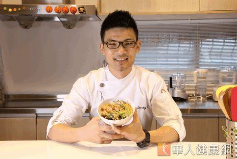 廚師李建軒與營養學博士吳映蓉,以小魚乾、綠豆芽、芥蘭菜等食材,為孕婦設計出高鈣又營養素均衡的餐點。