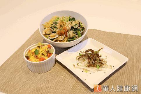 以小魚乾、綠豆芽、芥蘭菜等食材入菜的高鈣套餐,不只鈣含量高,且營養均衡。(攝影/洪毓琪)