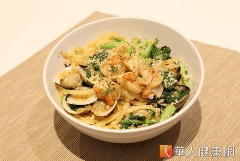 圖為鮮奶海鮮芥藍扁麵。(攝影/洪毓琪)