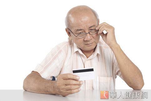 有老花眼的人,看東西時常常要移近移遠,找到最好的聚焦位置。美國研發出一種水凝狀的角膜植入物,只要花10分鐘植入,就能矯正老花。