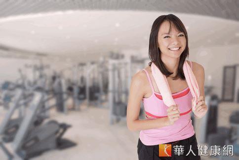 美國知名健身教練指出,綜合舉重與心肺運動,可以加速燃脂,強化運動的效果。