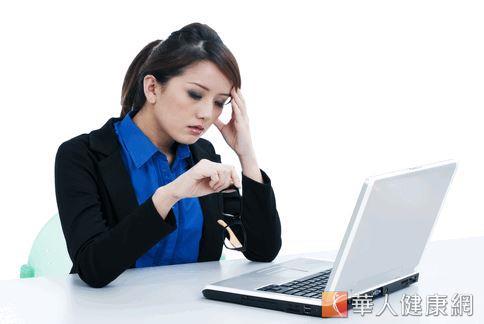 許多女性月經時期因為體內荷爾蒙變化,加劇偏頭痛症狀。