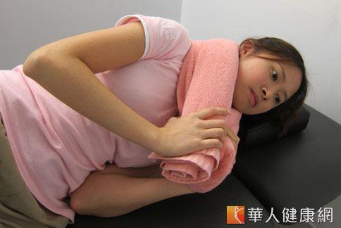 落枕是常見的骨科疾病,物理治療師許家榮(如圖)建議用伸展4招緩解症狀。