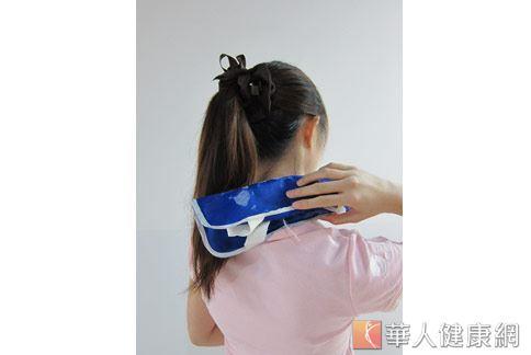 第1招:冰敷舒緩。適用頸部腫脹患者。(示範/物理治療師許家榮)