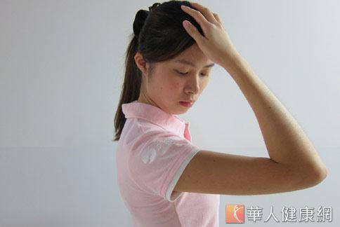 第4招:伸展操。訓練頸部肌肉的靈活度。(示範/物理治療師許家榮)