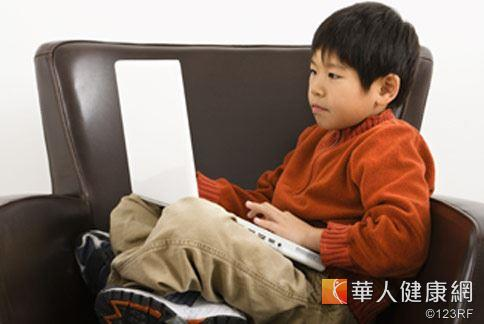 中秋節連續假期,學童迷戀網上遊戲,誘發視力受到威脅。
