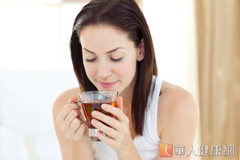 飲用具有利水健脾效果的茶飲有助於改善食用過鹹、調味過重食物所引起的水腫問題。