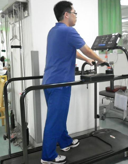 帕金森氏患者常會有步態問題,而跑步機活動可輕易的調整速度、坡度,增加患者對於步態練習的強度及難度。(圖片提供/彰濱秀傳醫院)