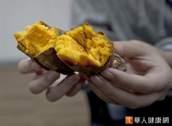 地瓜含有豐富纖維,熱量比白米飯低一半,適量取代白飯,可增加飽足感,幫助減重。