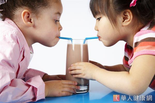 國內調味乳的含乳量僅有一半,其他是糖、香料和色素等人工添加物,長期攝取反而可能增加骨鬆的風險。