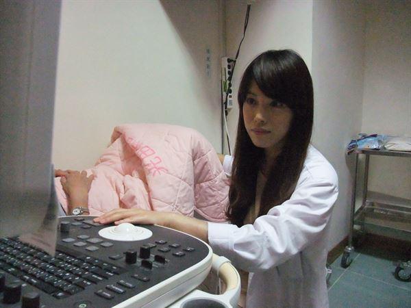 林純如醫師幫患者進行腹部超音波檢查,發現子宮內的避孕器異常腫塊。(圖片提供/光田醫院)