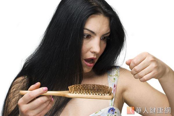 透過攝取含鐵量豐富的羽衣甘藍可改善掉髮狀況。