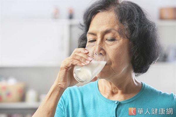 國內研究發現,50歲以上熟齡民眾,約五分之一有蛋白質攝取不足的現象。圖中非新聞事件人物。
