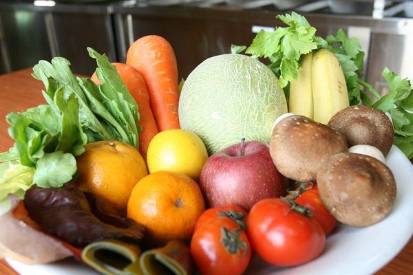 楊忠偉營養師表示,想要消除疲勞,再忙也一定要確保飲食均衡,且每餐都要有蔬果的攝取。(圖片提供/台中慈濟醫院)