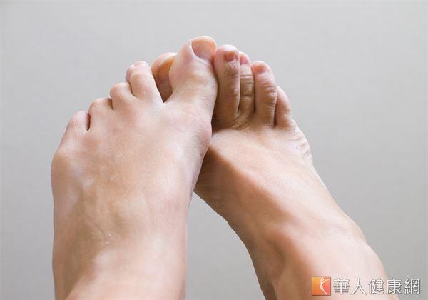仰臥在床上,雙足根替換,漸漸的蹬腳心,能夠促進血液循環,起到活動經絡,健脾胃,安神等成效。