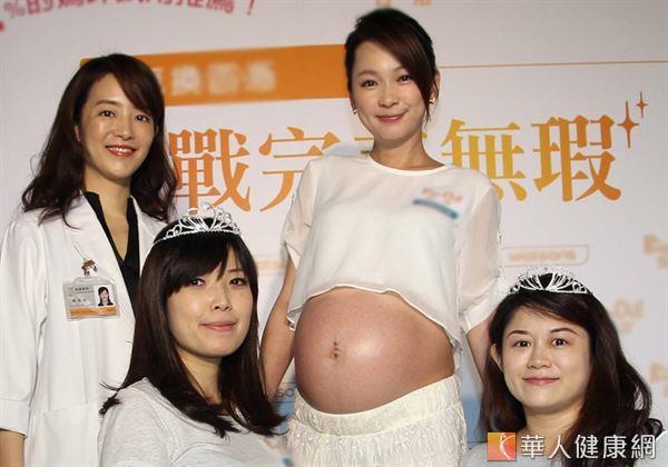 女藝人六月(右二)懷孕後勤抹除紋霜,展現性感肚。(攝影/張世傑)