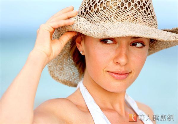 從事戶外活動時,除了塗抹防曬乳做好肌膚防曬外,更要做好眼部防曬工作。
