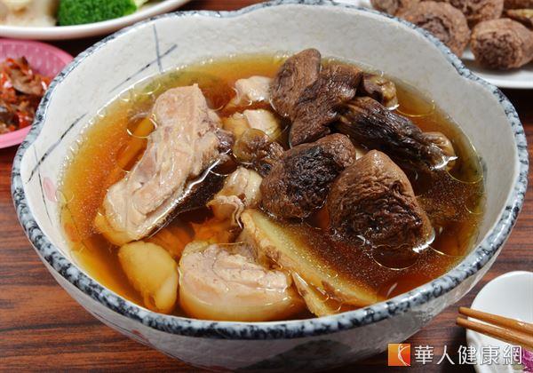 冬天進補號角響起,各式鍋物、藥膳湯品紛紛出爐,到底該怎麼吃才能「補身不補肉」?