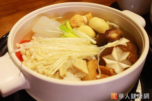 以蔬菜和菇類熬製的湯頭,含有天然甜味,可減少調味料的使用,湯底熱量較低。(圖片/華人健康網資料照片)