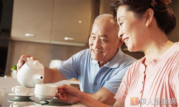 老人在心血管疾病好發的冬季,喝茶更需小心!