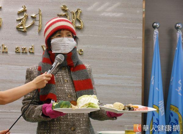 國健署署長邱淑媞提醒,冬天好發心血管疾病,除了吃鍋取暖之外,也要隨時做好保暖準備。(攝影/駱慧雯)