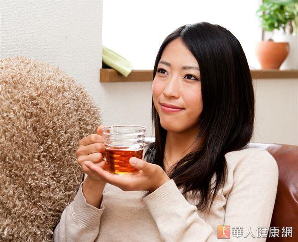 取橘子皮和生薑泡茶,可改善四肢冰冷和幫助消除腹部脂肪。