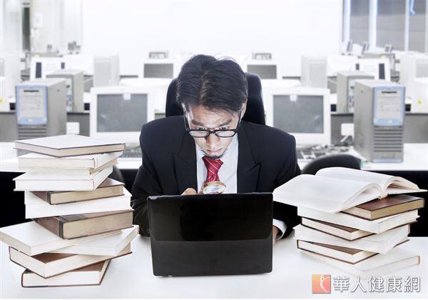 上班族工時長、壓力大,經常覺得肩頸痠痛,疲勞不堪。事實上,痠痛與疲勞不容易消除,呼吸力太差是關鍵!