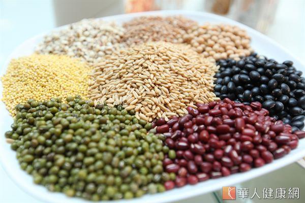 所謂「全穀」,指的是包含麩皮、胚芽和胚乳的完整穀粒,常見如糙米、紫米、小米等都是食材來源。