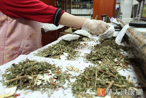 中醫師提醒,藥膳進補需依照不同體質做調整,千萬別選錯藥材和食材。(圖片/華人健康網資料照片)