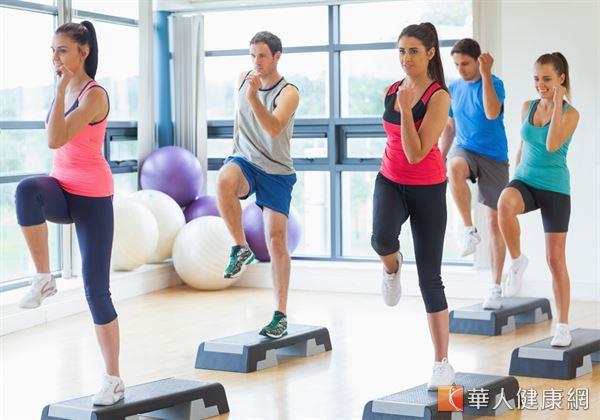 運動可消耗熱量,提升代謝與增加肌肉量,累積效果更可使基礎代謝率提高。相對於不運動的人,有運動的人較不易復胖。