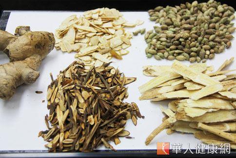包括黃耆、桂枝等黃耆桂枝減敏茶藥膳,能緩解鼻過敏症狀。(攝影/張世傑)