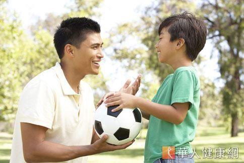 父母親除了關心孩子的成長發育狀態外,對於孩子的行為表現也應多加留意,在孩子年歲較低、症狀較單純時,及早發現、及早治療。