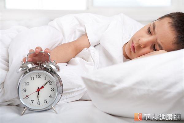 李明珊醫師建議民眾,冬天睡醒之後不要急著起身,先在床上平躺一下,活動肢體可降低意外的風險。
