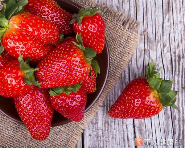 中醫認為草莓性味甘涼,有潤肺生津、利水消腫、解熱祛暑等功效。
