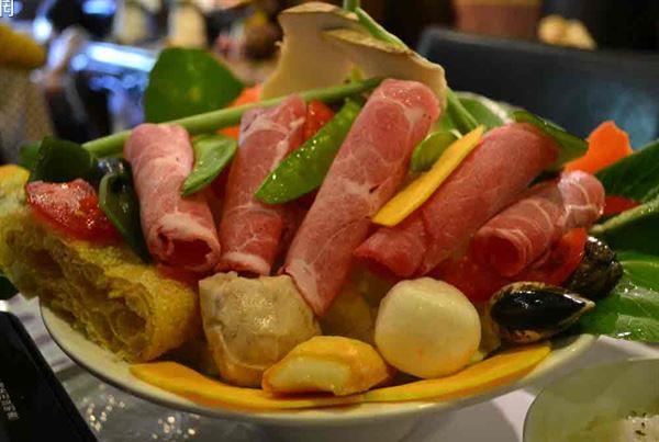 過年吃火鍋,建議選用鮮味蔬菜熬煮火鍋湯頭,比較天然無負擔。