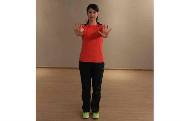 第一招/1.雙手平舉到胸前,手掌立起朝前。