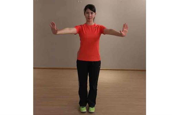 2.第一招/手臂保持與肩平行,畫小圈,同時慢慢向外展到身體側邊。